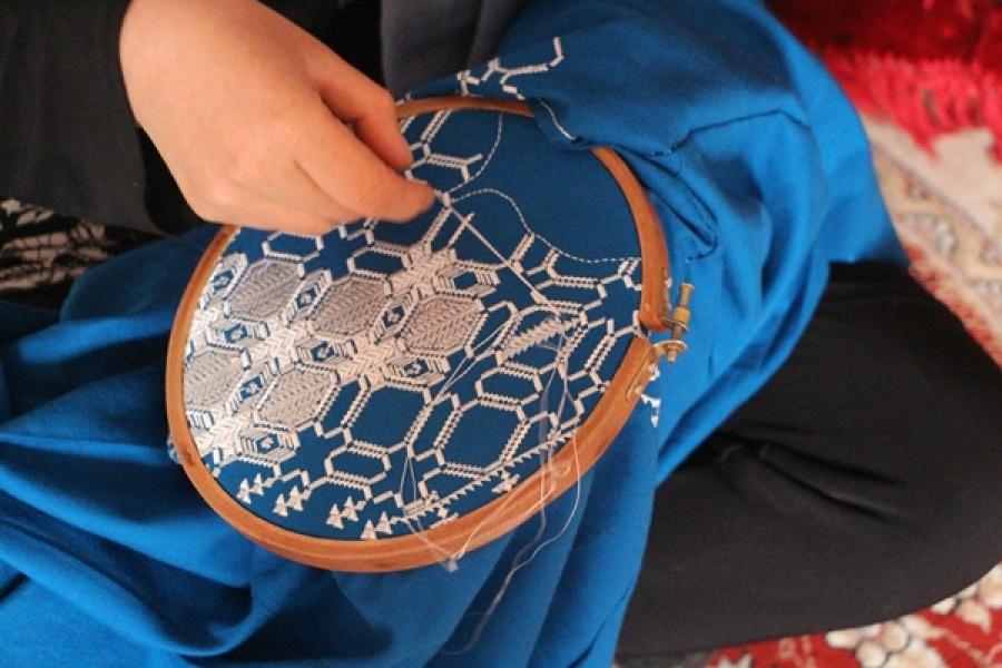 آموزش دوخت دستمال پشتی هنر دستی زنان هزاره | خبرگزاری بانوان افغانستان