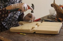 دستانی که برای زنده نگهداشتن هنر حکاکی کار میکند