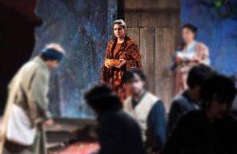 وژمه بهار دختر افغان روی صحنهی تیاتر پاریس