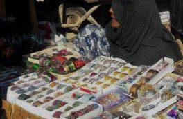 کفتر با فروش چوریهای رنگارنگ روزگار میگذراند