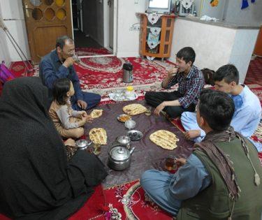 با پختن غذاهای محلی سفرهی افطاری را رنگین میکنند