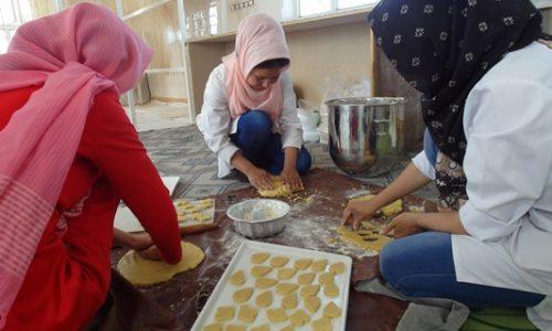 آمد آمد عید؛ زنان شیرینیپزی که با تخفیف کام مردم را شرین میکنند