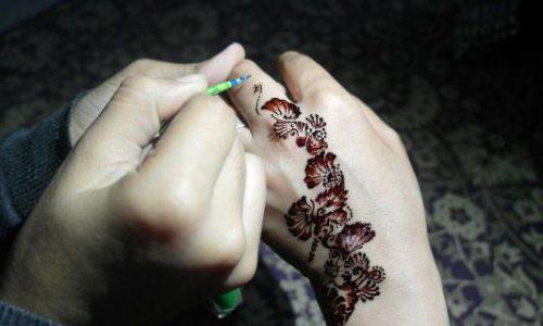 آمادگیهای شب عید؛ از حنا بستن دستان تا پختن غذاهای متنوع