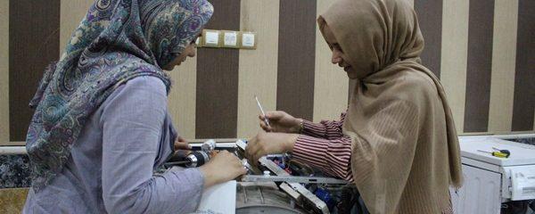 ترمیم وسایل الکترونیکی با دستان زنان