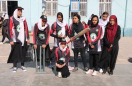 دانشآموزانی که به امید آمدن صلح، بَت و توپ بهدست گرفتند