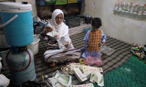 وزیرو؛ زنی که از تولید عرق گیاهی کسب درآمد میکند